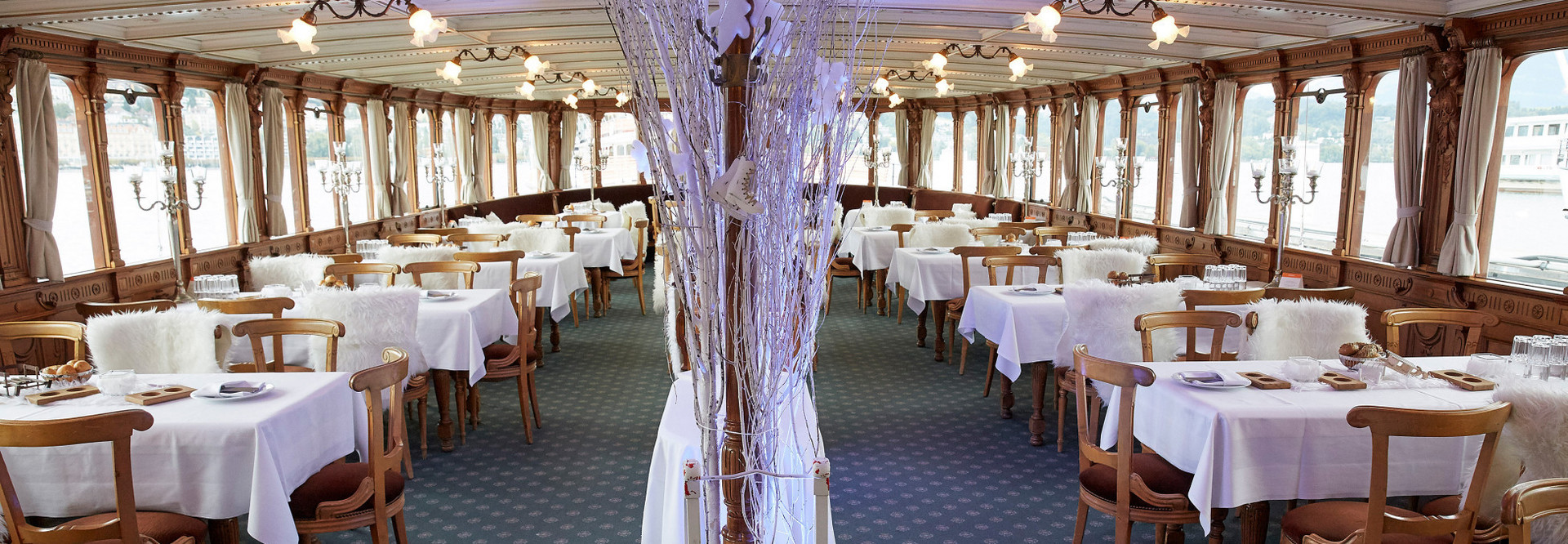 On the wonderfully wintery decorated paddle steamer Uri you experience wonderful Advent hours.